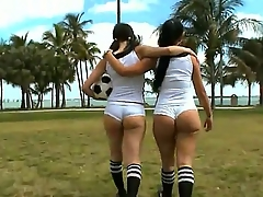 Amateur girls Sophia and Summer Bailey gain in appropriately in revealing their hot big asses to the cam